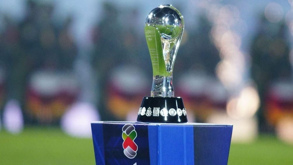 El trofeo de Campeón de la Liga MX