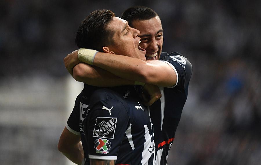 Rogelio Funes Mori abraza a Matías Kranevitter autor del segundo gol