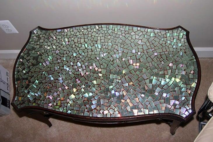 Mesa con decoración con partes de viejos CDs en su base