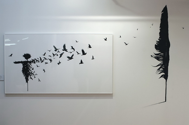 dibujo de una pluma y espantajaros de pejac