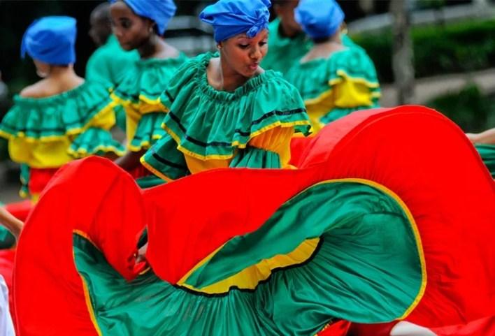 Mujer dominicana practicando bailes folklóricos típicos de la República Dominicana