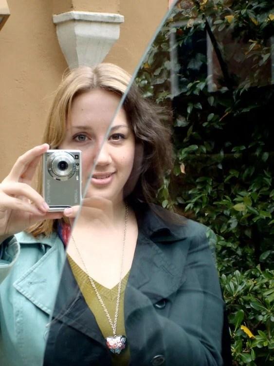 Fotografía de una chica que tiene el cabello y los ojos de dos colores diferentes