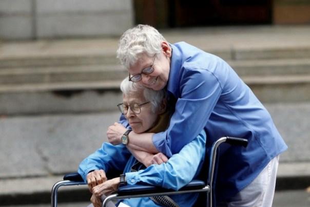 pareja homosexual abrazándose después de contraer matrimonio