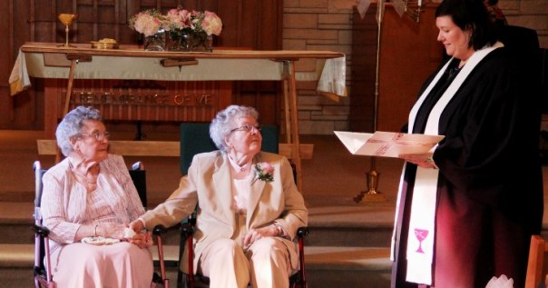 Mujeres de 72 años contrayendo matrimonio en Lowa