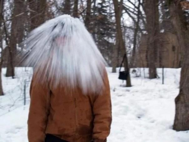 foto en el momento exacto en que a un chico le cae nieve en la cabeza