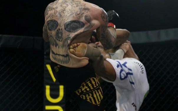 Foto que capta el momento justo en que un hombre le da una patada a su contrincante en una pelea