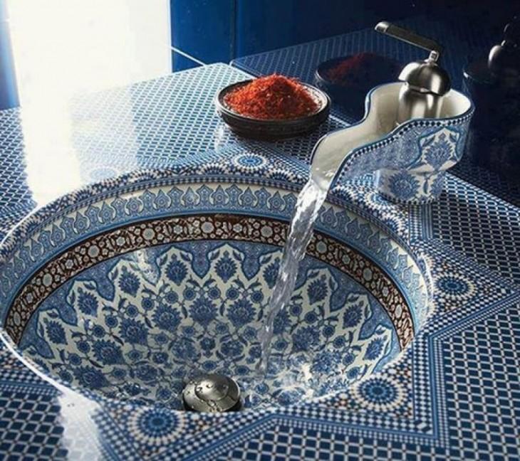 lavabo en color azul con un diseño oriental