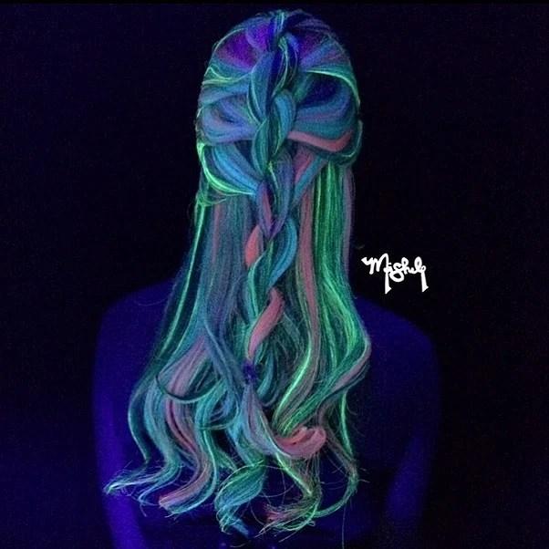 chica con la nueva tendencia del cabello glowinthedarkhair