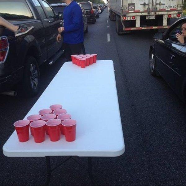 personas atoradas en el tráfico jugando Beer Pong