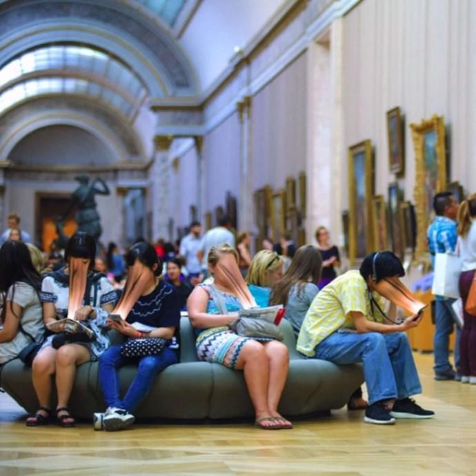 PESSOAS EM MUSEU DE VER TODOS OS TELEFONES