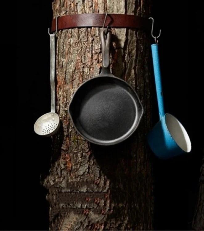 cinto amarrado a uma árvore perfeita para pendurar utensílios