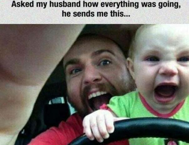 foto de papá e hijo gritando mientras el bebé va en el volante