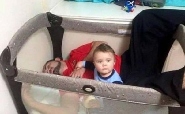 papá duerme en la cuna de su bebé