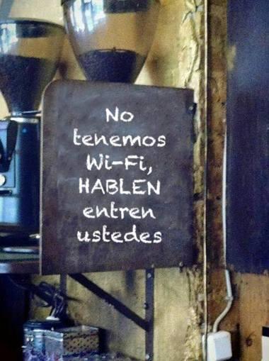 """Anuncio de bar """"no hay WiFi"""""""