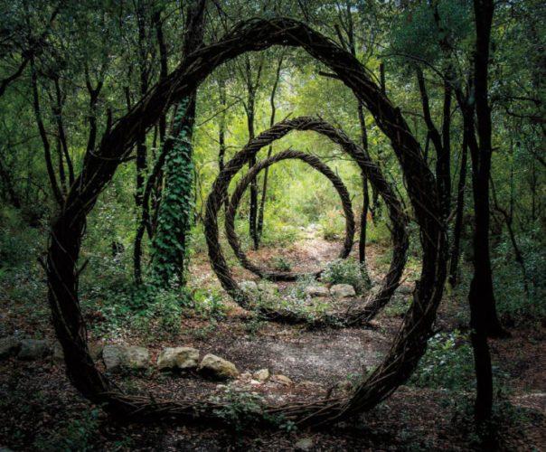 esculturas en un bosque