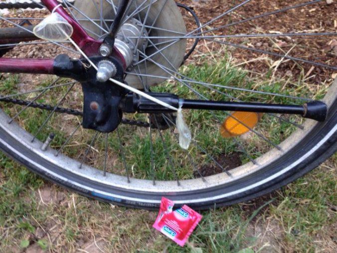 bicicleta con condón