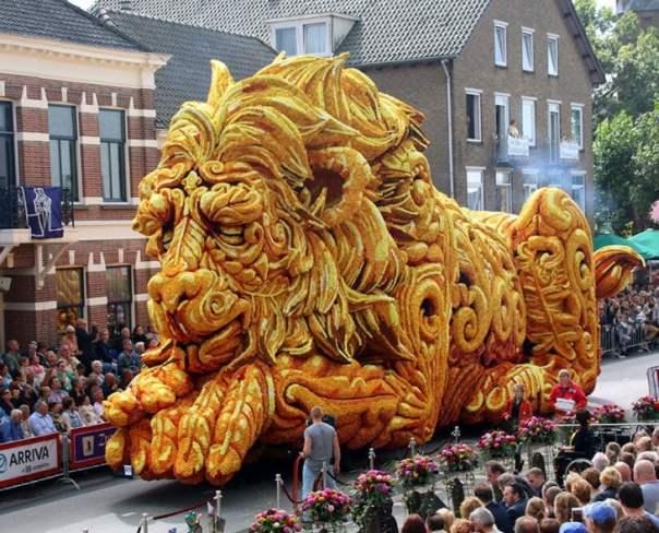 Gigantes esculturas florales - León dormido