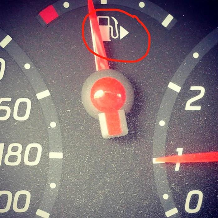 flecha indicador de gasolina