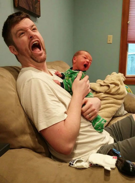 bebé y papá haciendo muecas graciosas
