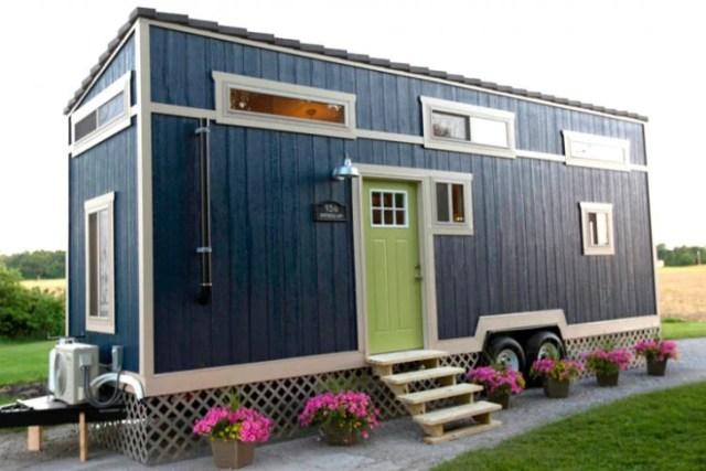 pequeña y elegante casa rodante color azul