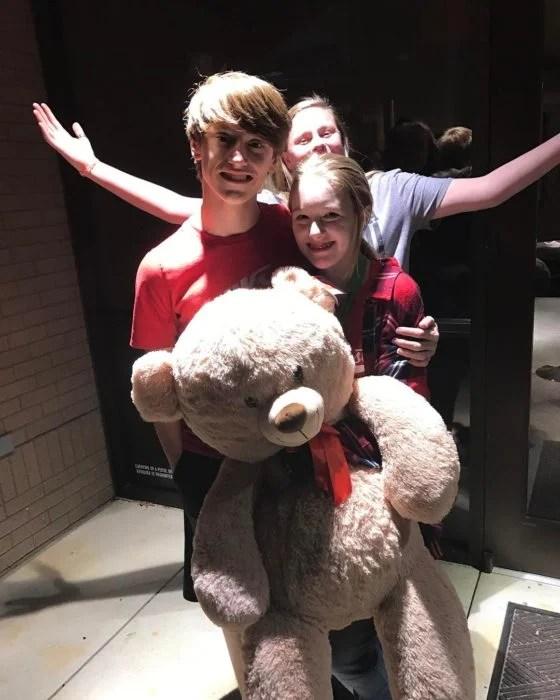 muchachos con un oso