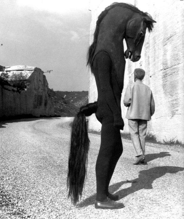 foto vieja de hombre disfrazadao de caballos