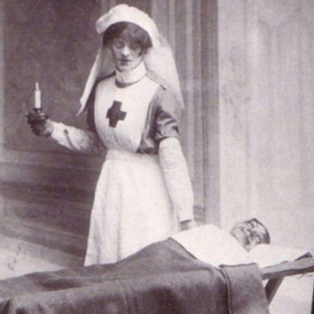 enfermera de muñeco ventrilucuo