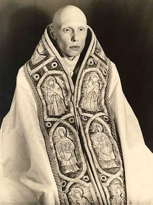 hombre pelado con vestimenta de sacerdote