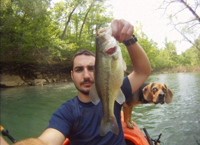 hombre con un pez en la mano