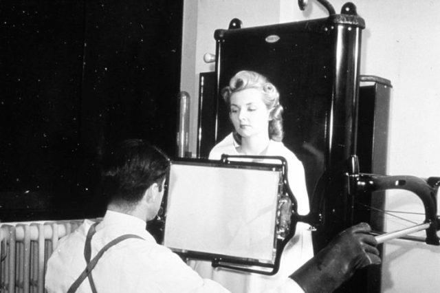 mujer asiste a removerse el bello con rayos x