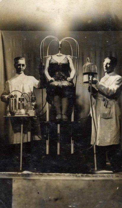 dos científicos locos con una mujer sin cabeza
