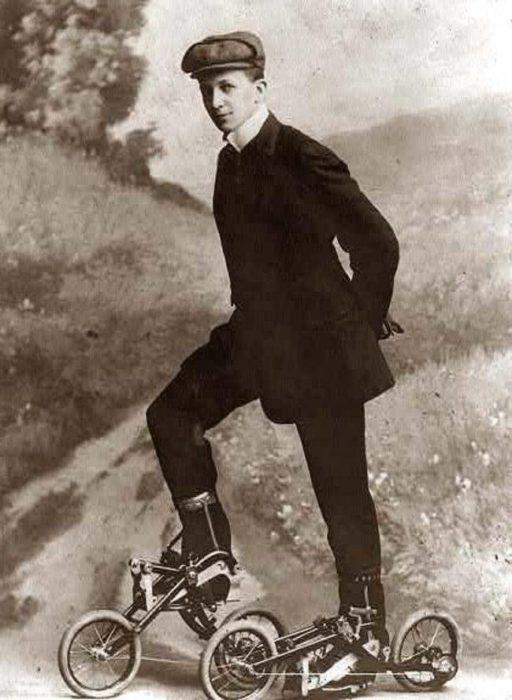 hombre en patines de pedal vintage objetos bizarros
