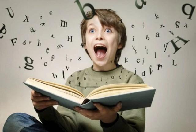 niño asombrado leyendo
