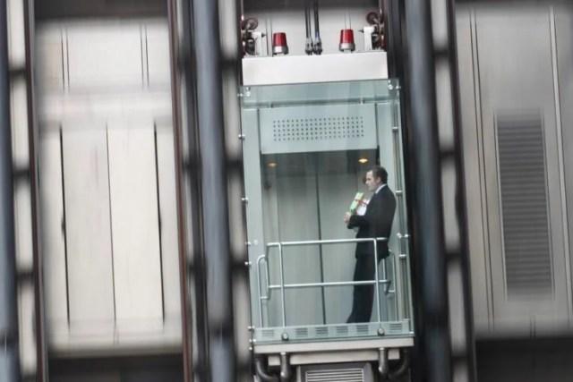 hombre desciende en elevador