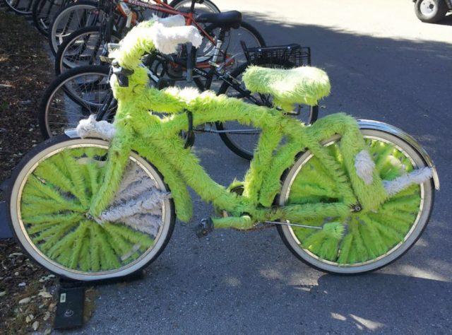 bici llena de peluche fluorescente