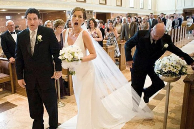 hombre pisa el velo de la novia