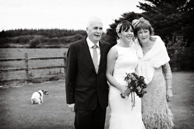 papas con su hija en su boda, chucho atrás haciendo sus necesidades