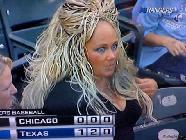 mujer con el pelo alborotado rubio