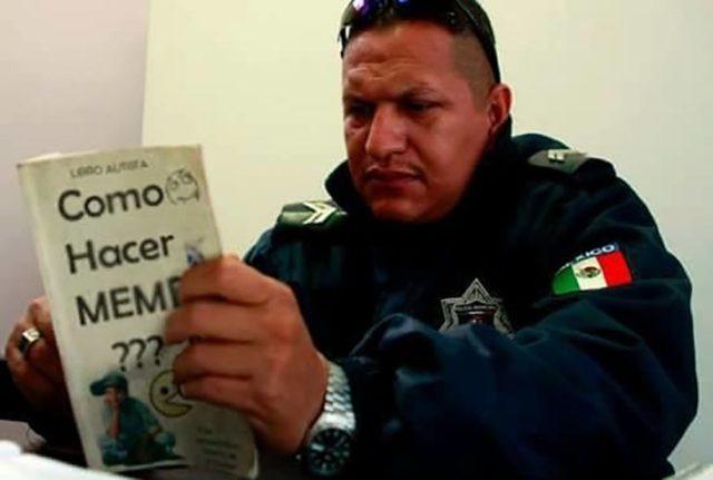 policía leyendo un libro para hacer memes