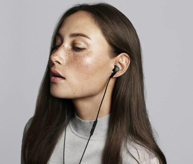 mujer escuchando música con audífonos
