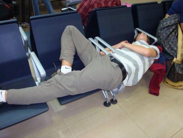 chico durmiendo en asientos