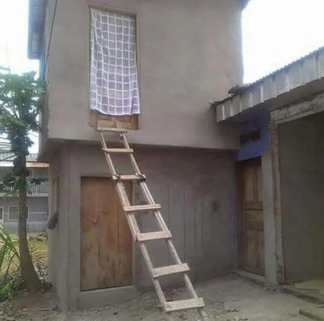 casa de 2 apartamentos en obra negra y una escalera de madera