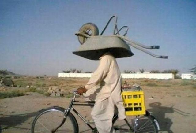 señor con carrucha en la cabeza