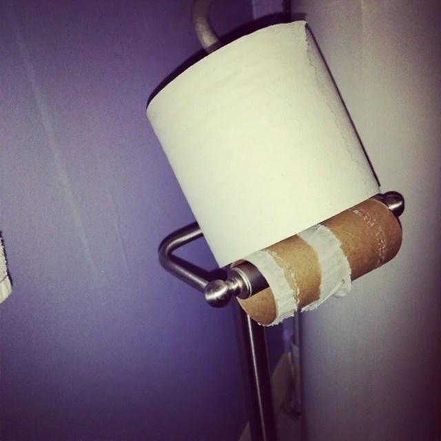 papel de baño nuevo colocado sobre en tubo del usado