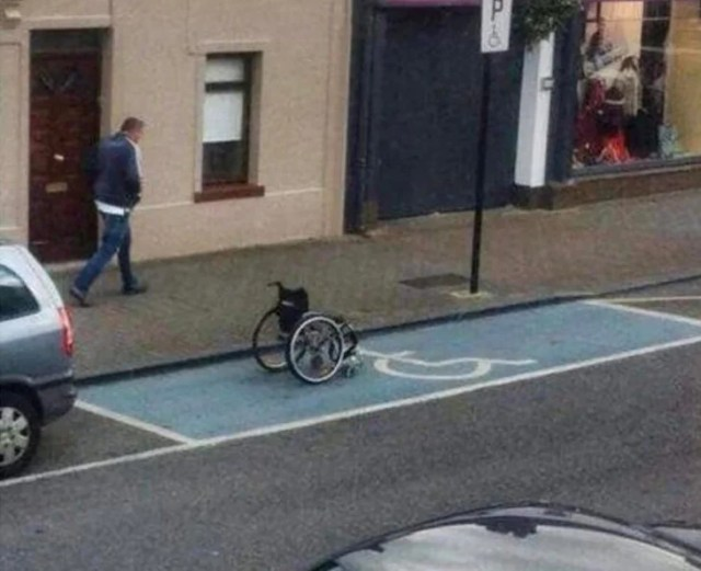 silla de ruedas estacionada en sitio para discapacitados