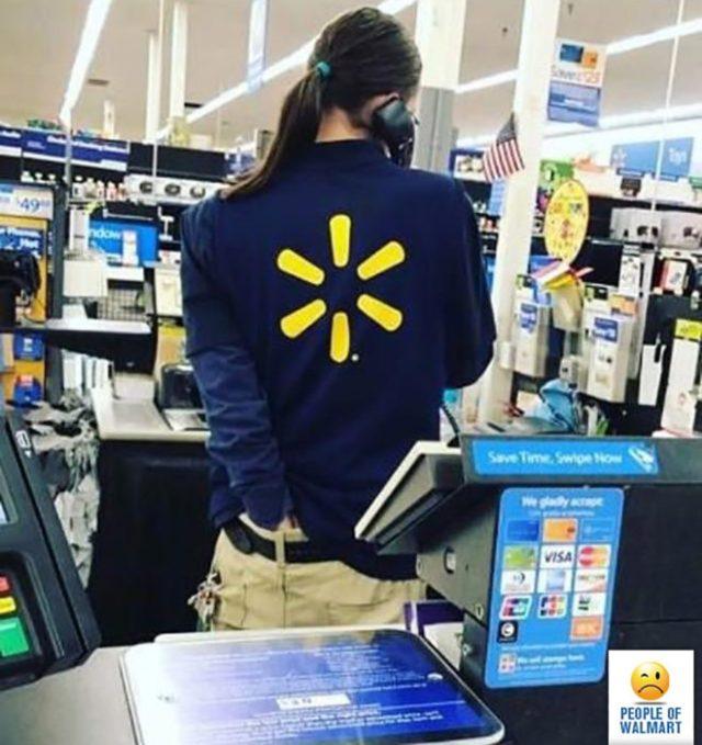 mujer que se rasca el trasero en wallmart