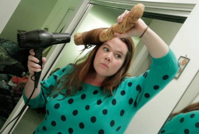 mujer rizandose el cabello con un pan