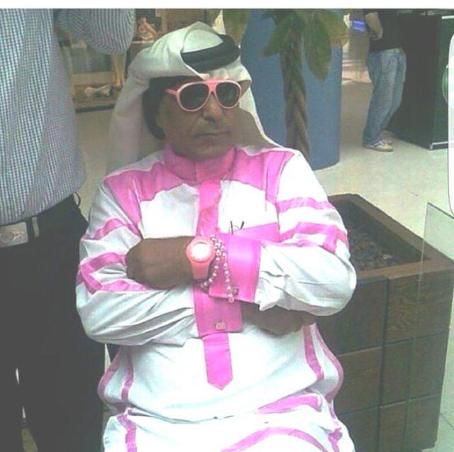 árabe con turbandte y ropa deportiva con líneas rosas