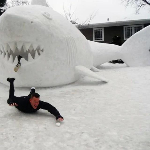 hombre sin pierna hace un tiburón con nieve y finge que le comió la pierna