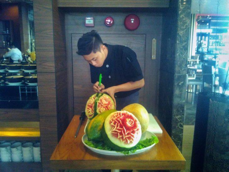 persona cortando fruta